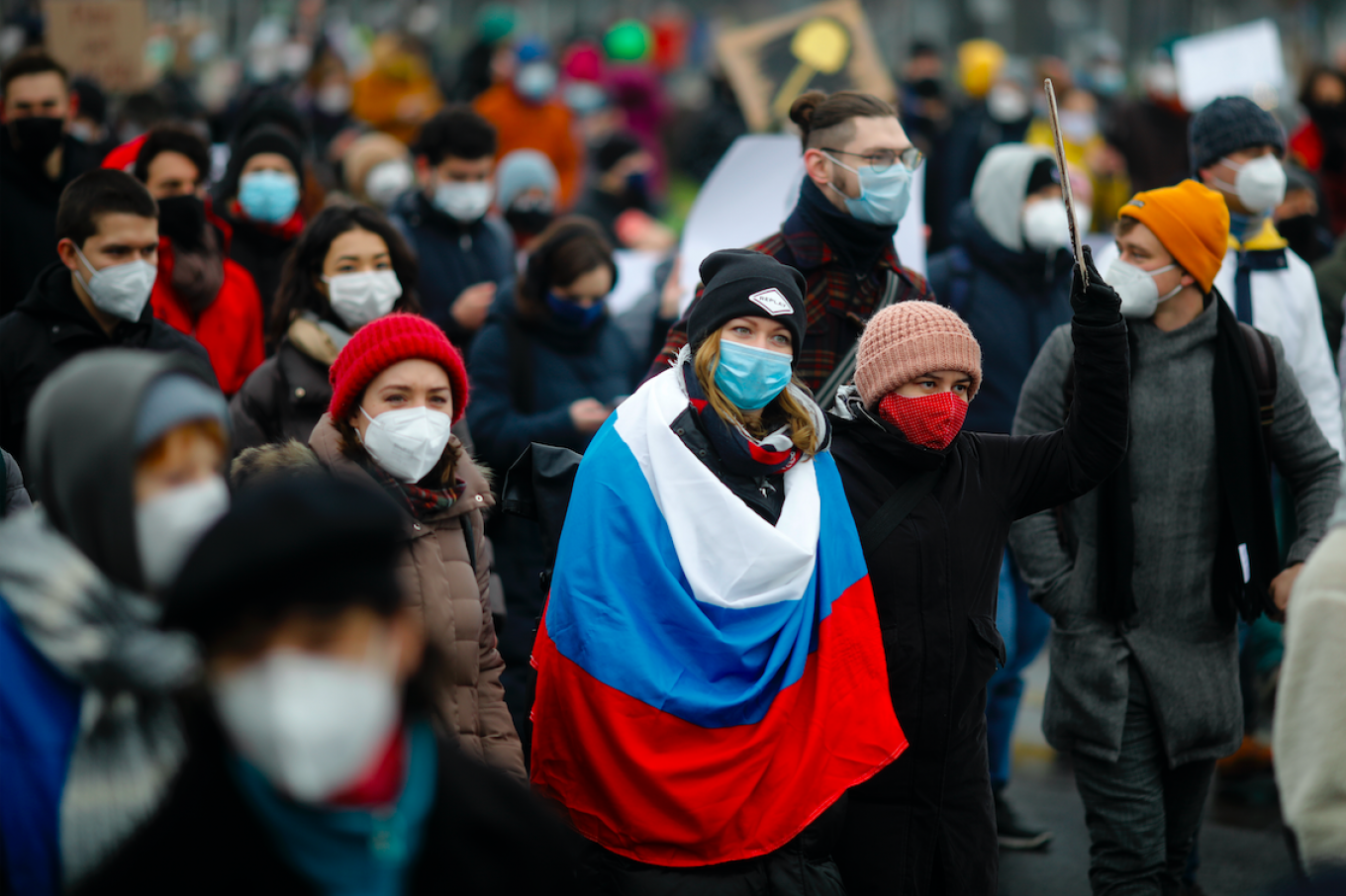 In Berlin, organizers said almost 3,000 came out to protest in support of Alexei Navalny — one of dozens of rallies organized by Russians living abroad. AP / TASS