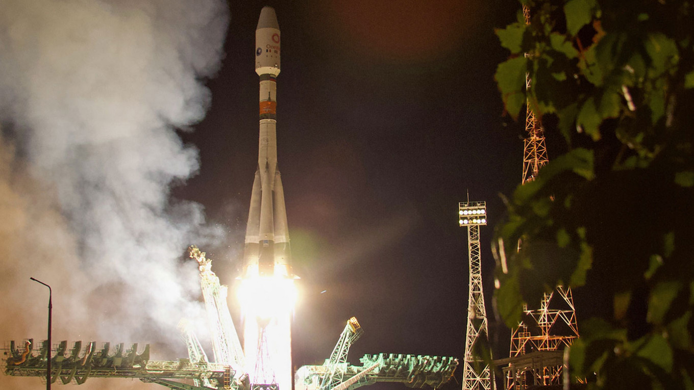 Russian Soyuz Rocket Launches 34 New U.K. Satellites – The Moscow Times