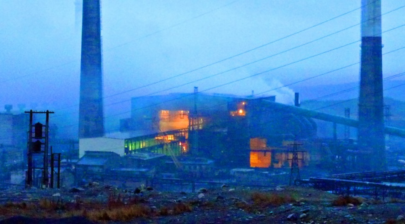 Pollution comes out of walls and roofs of the smelter.				 				The Barents Observer / Thomas Nilsen