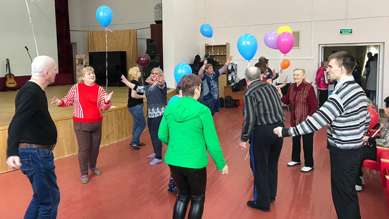 Elderly nursing home residents listen to live music and dance on a recent weekend morning. Evan Gershkovich / MT