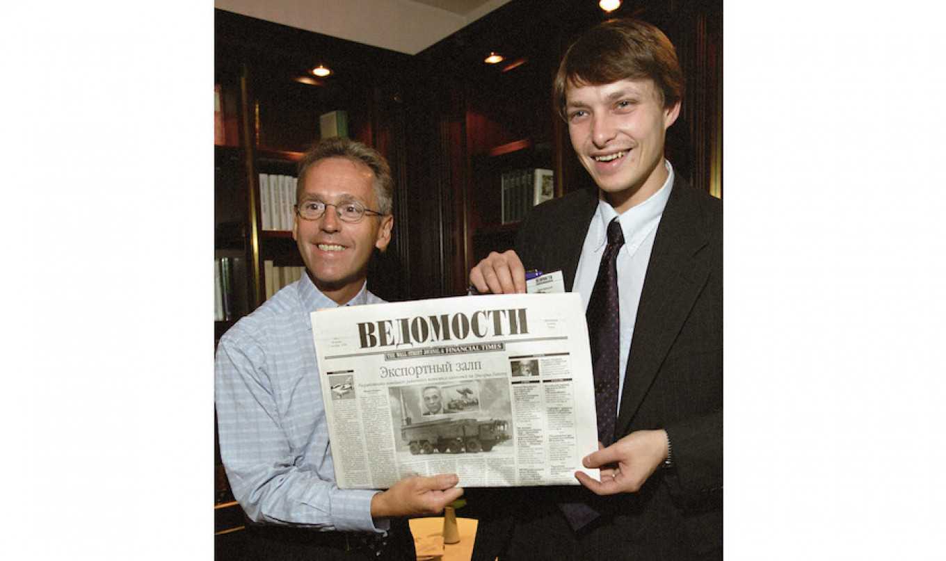 Publisher Derk Sauer (L) and founding editor Leonid Bershidsky (R) demonstrate the first issue of Vedomosti on Sept. 1, 1999. RIA Novosti