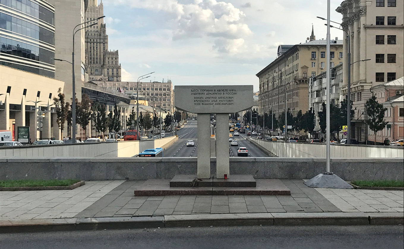 Monument to the Defenders of Democracy in Russia on New Arbat.  Felix Light / MT