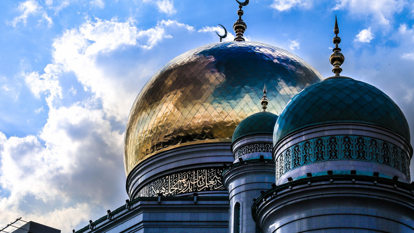 Moscow's Muslims Struggle to Find Place to Pray