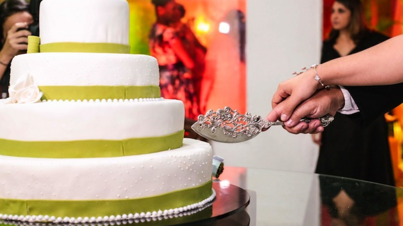 Russian City Bans Indecent Dance Moves Cake Cutting At Weddings