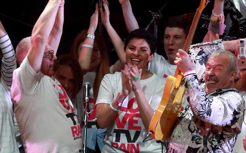 Павел Лобков (слева) на ежегодной вечеринке по случаю дня рождения «Дождя» вместе с генеральным директором Натальей Синдеевой (в центре) в 2017 году. Сергей Фадеичев / ТАСС