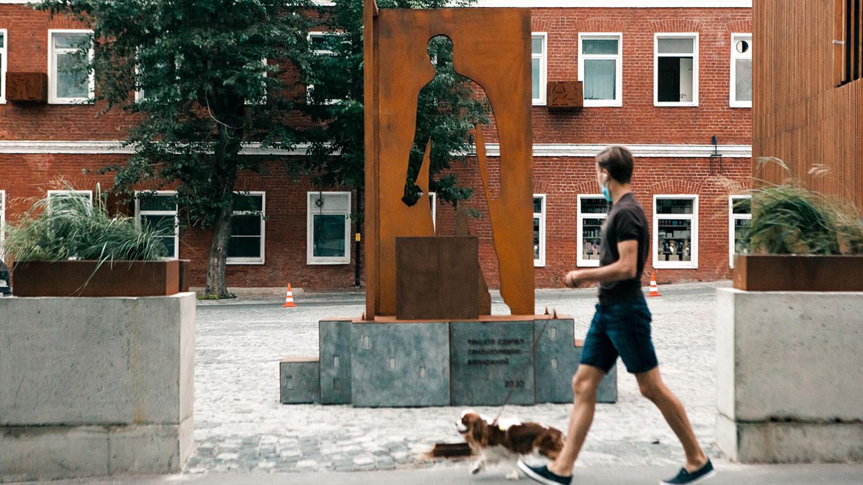 Подпись к памятнику гласит: «Тем, кто сделал самоизоляцию возможной» Possible Group