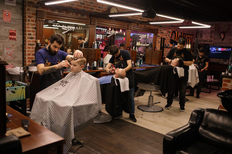 Дмитрий Порочкин, предприниматель, которому принадлежат четыре франшизы парикмахерских Old Boy, говорит, что бизнес уже упал примерно на четверть. Он также управляет двумя кофейнями, где торговля снизилась на 50%. Он хочет, чтобы правительство создало фонд, чтобы помочь владельцам малого бизнеса покрыть арендную плату.  Дмитрий Порочкин