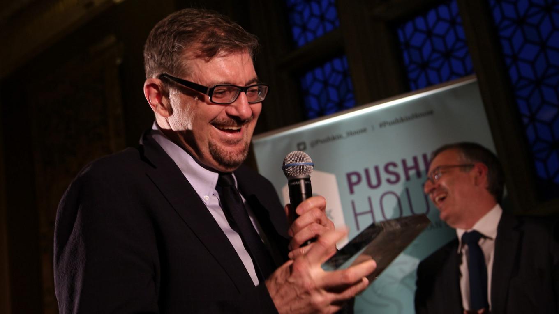 Сергей Плохий, получающий награду в 2019 году, и председатель жюри Сергей Гуриев Luke Tchalenko